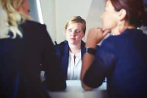 Wie im Bewerbungsgespräch kommen in Assessment Center Aufgaben wie ein Interview auf dich als Bewerber zu.